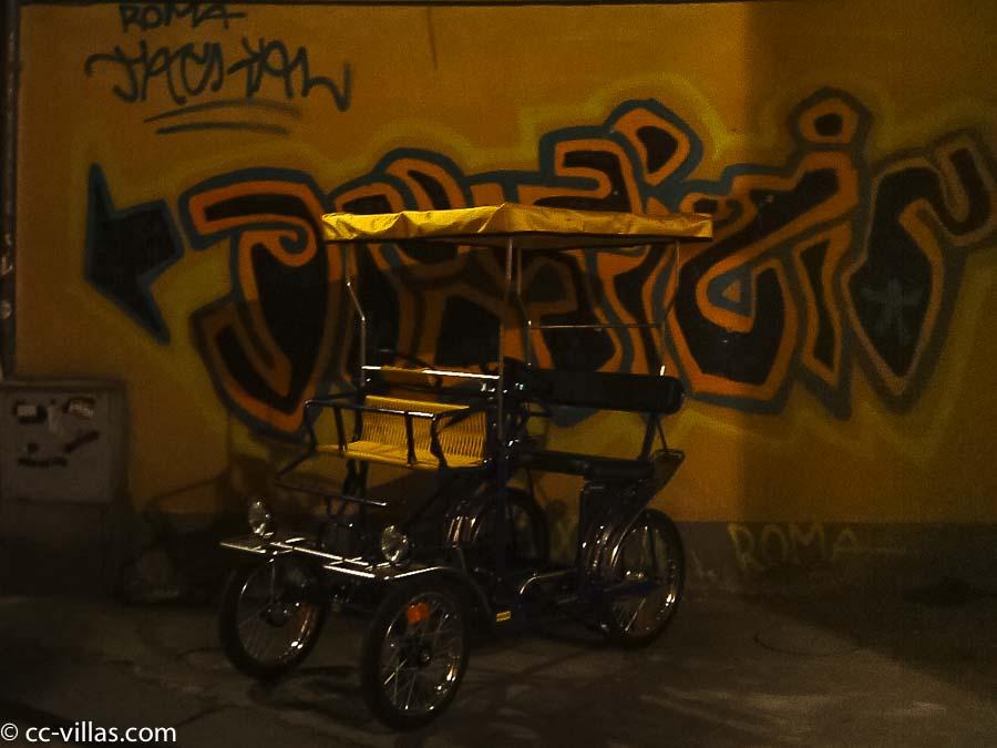 Pisa hat auch neue Graffiti, davor eine moderne pedal Kutsche