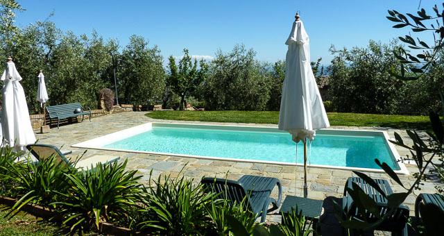 Das Ferienhaus Verfügt über Einen Privaten Garten Und Veranda, Ausgestattet  Mit Tisch, Stühlen Und Gemauertem Grill. Das Ganze Grundstück Ist  Eingezäunt ...