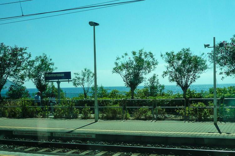 Monterosso, der Bahnhof, aufgenommen im Zug durch das Glasfenster fotografiert