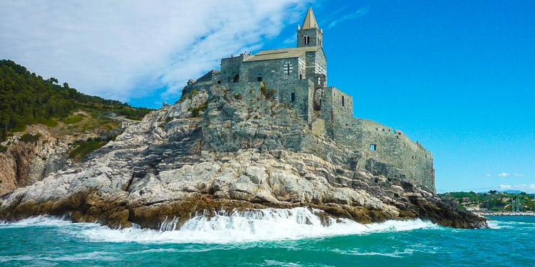 Felsküste von Portovenere, hoch on Top die Kirche San Pietro, unten schlägt die Gischt