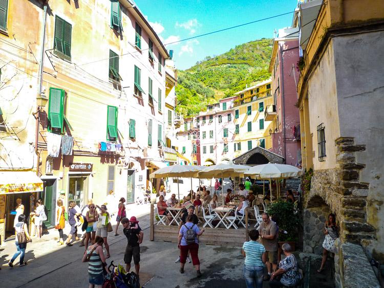 Vernazza - die Einkaufstraße ist auch gleichzeitig die Hauptstraße, Sie kommen von hier bis ganz hinauf