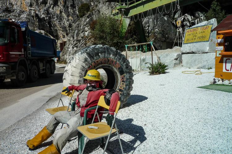 hier wartet man auf Sie für die Marmortour in die Kathedrale, so wird die Marmor-Höhle genannt